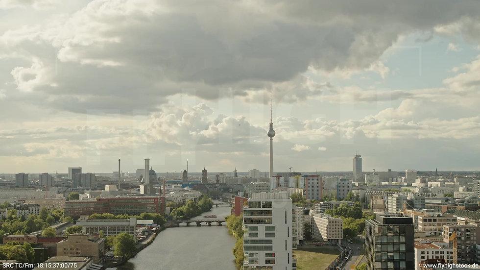 Berlin East Side Gallery Skyline Zuflug tagsüber 9