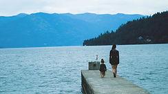 Frau und Kind auf einem Dock