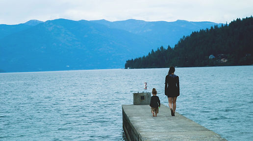 Femme et enfant sur un quai