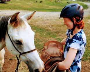 ella showing zara the saddle.JPG