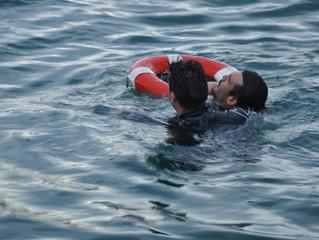 Cyankiteboarding bildet Seerettungskräfte in der Schweiz aus, wie man Kitesurfer rettet.