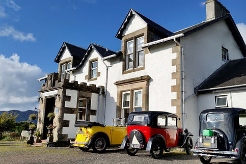 Vintage cars in front of the colintraive hotel