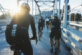 在橋上自行車