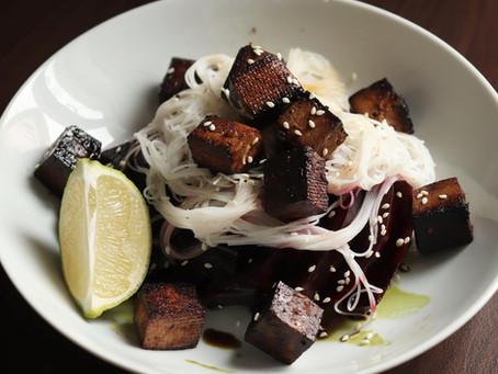 Satay tofu s pečenou řepou a skleněnými nudlemi