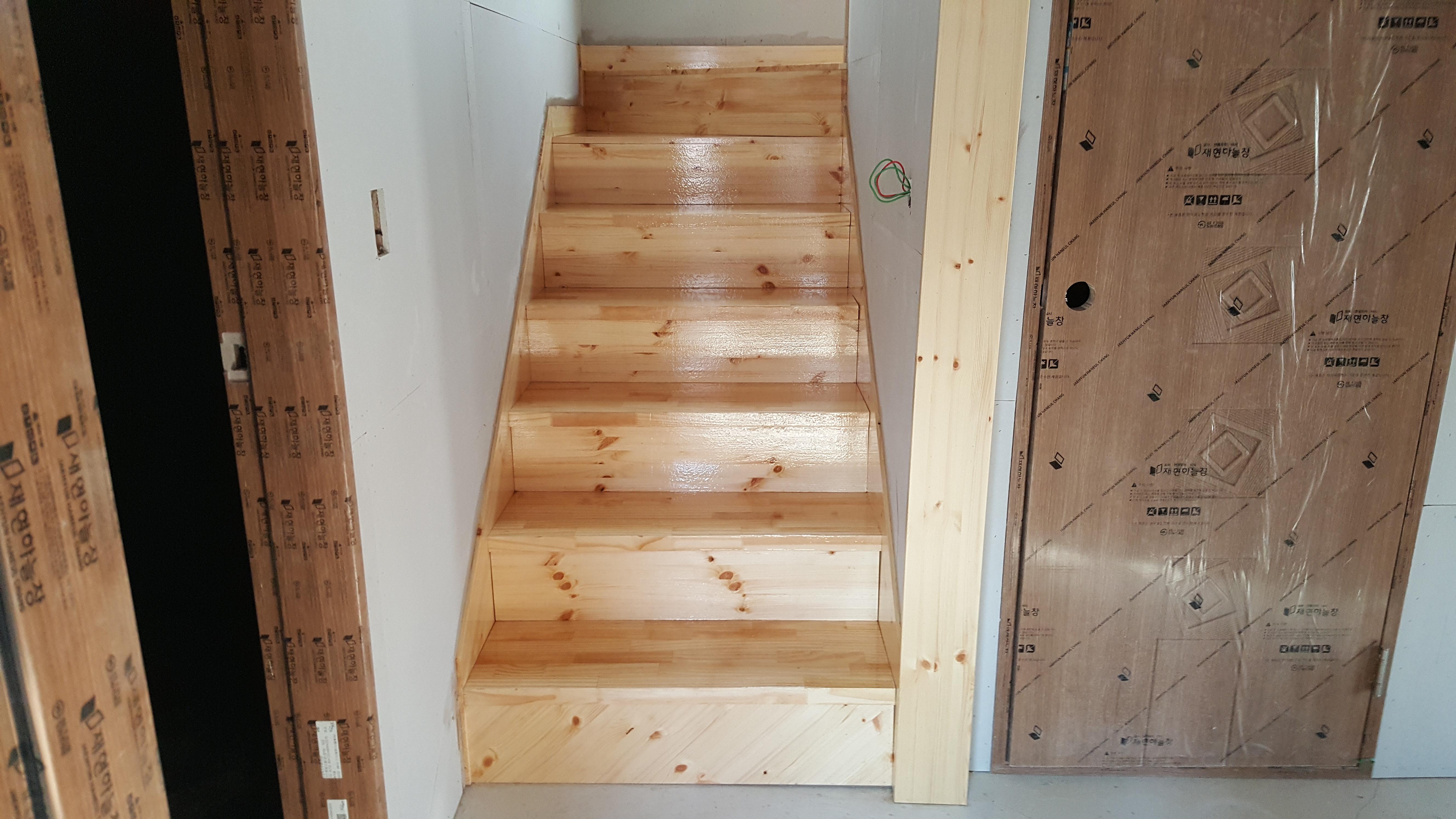 내부 계단 페인트작업입니다.