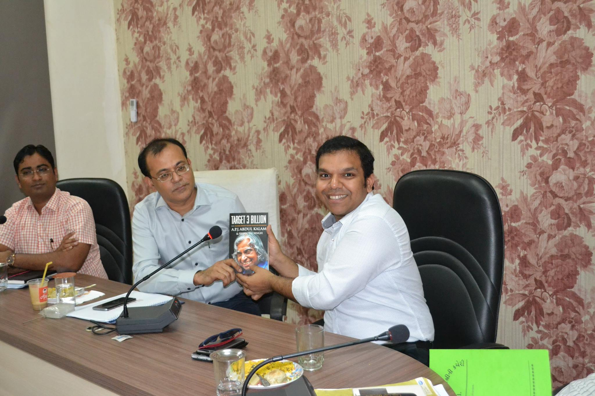 Shri Srijan Pal Singh presenting a token