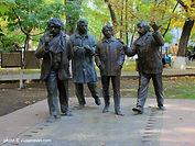 "Скульптурная группа ""Мужчины"" в Ереване"