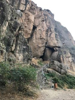 У пещеры Арени