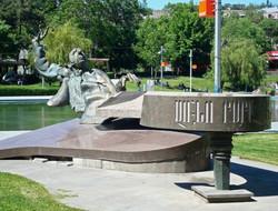 Памятник Арно Бабаджаняну в Ереване