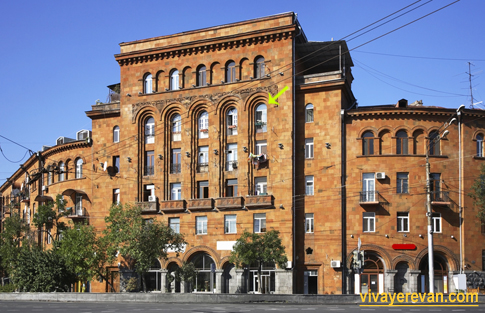 Здание дома на ул. Пароняна 1