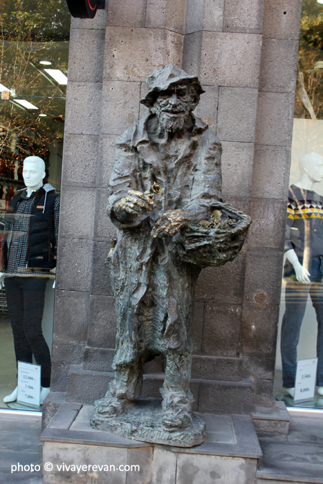Памятник Карабала в Ереване