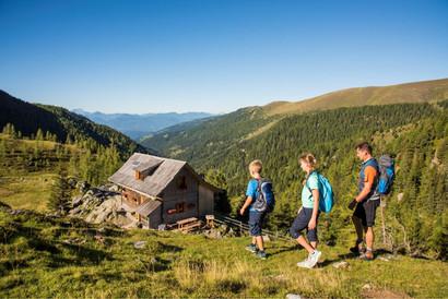 Wandern_Familie_Huette © NaturAktiv - Fr