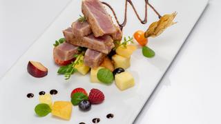 Tagliata di tonno con dadolata di frutta e riduzione di balsamico