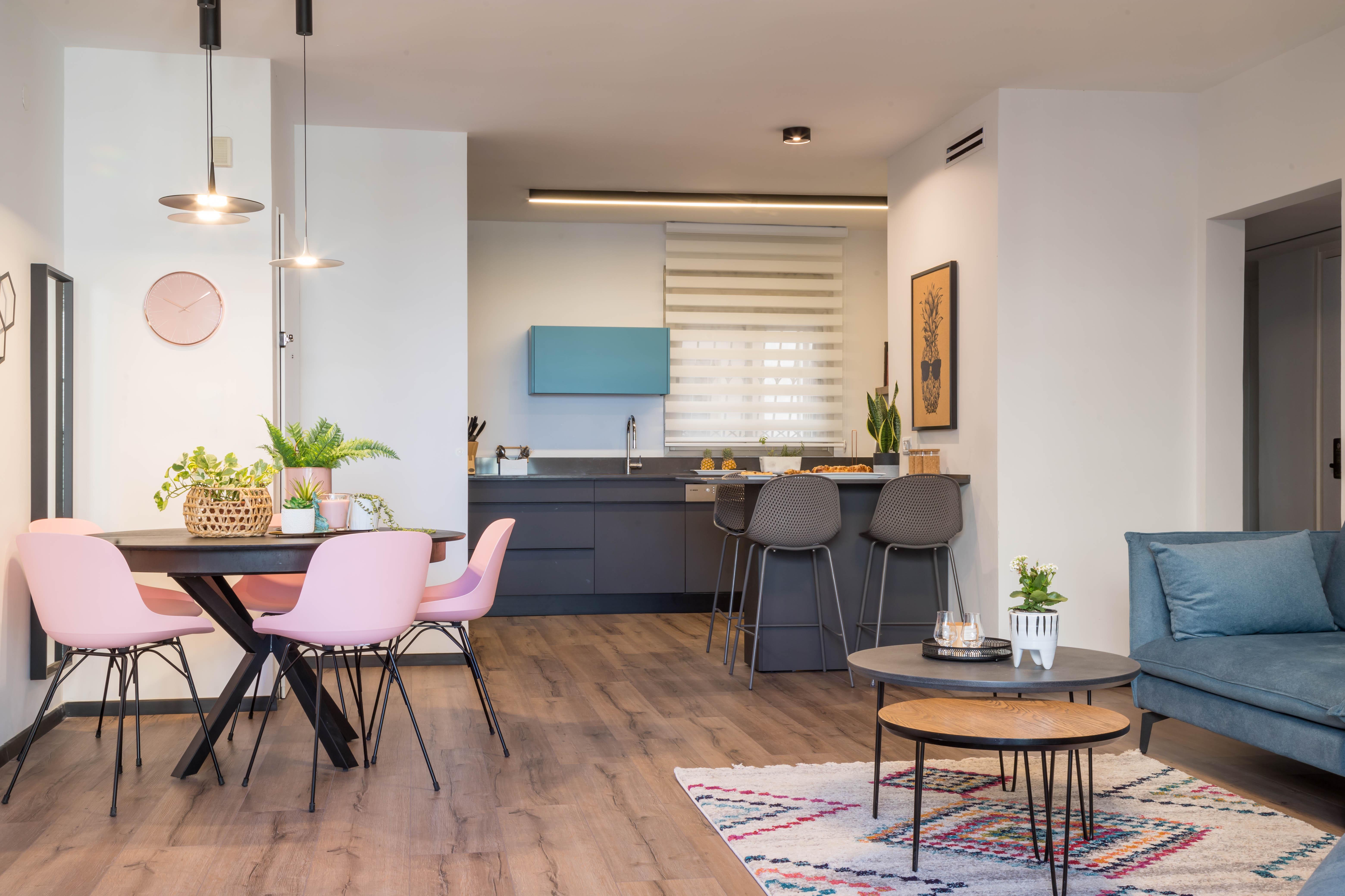 מבט לחיבור בין המטבח לפינת האוכל והסלון.