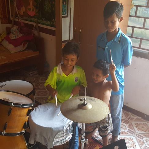 Zwischen Zähnen und Trommeln - Ralfs besondere Reise nach Kambodscha