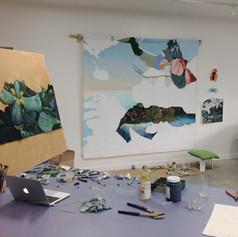 Vue de l'atelier : de la peinture à l'huile recouvre progressivement les plantes grasses en textiles