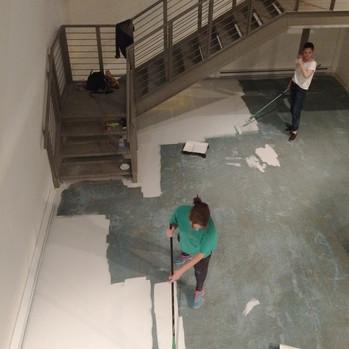 recouvrement du sol découvert avec une peinture à béton