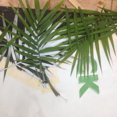 Formation de la canopée de palmiers : des feuilles de palmiers sont utilisées comme pochoirs