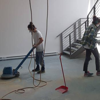 meulage du plancher afin de d'éliminer la colle une fois le tapis retiré