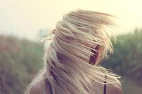 Frau mit Haaren vor dem Gesicht