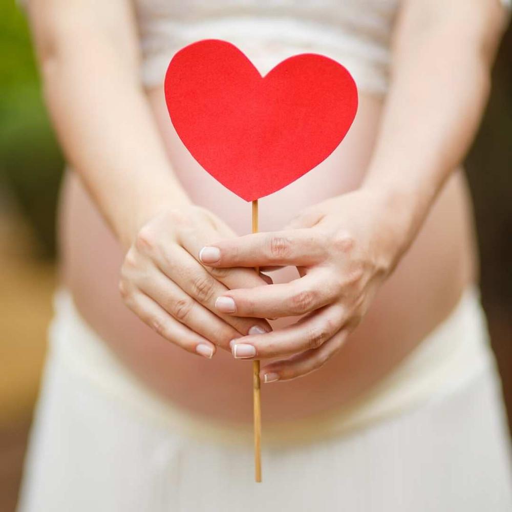 Kobieta w ciąży z sercem