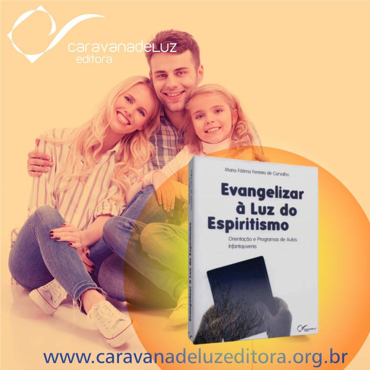 """Família reunida através da obra """"Evangelizar à Luz do Espíritismo""""."""