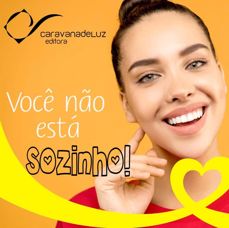 """Jovem feliz apoiando a campanha """"Lute 100% pela vida"""", da Caravana de Luz Editora."""