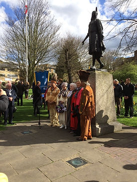 Chiefs-and-Mayor-at-Pocahontas-statue (1