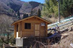 発電所は地元住民の方々の手作りのログハウス