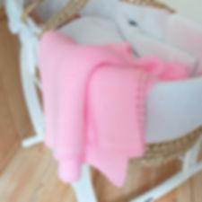 Вязаный розовый плед с сердечком