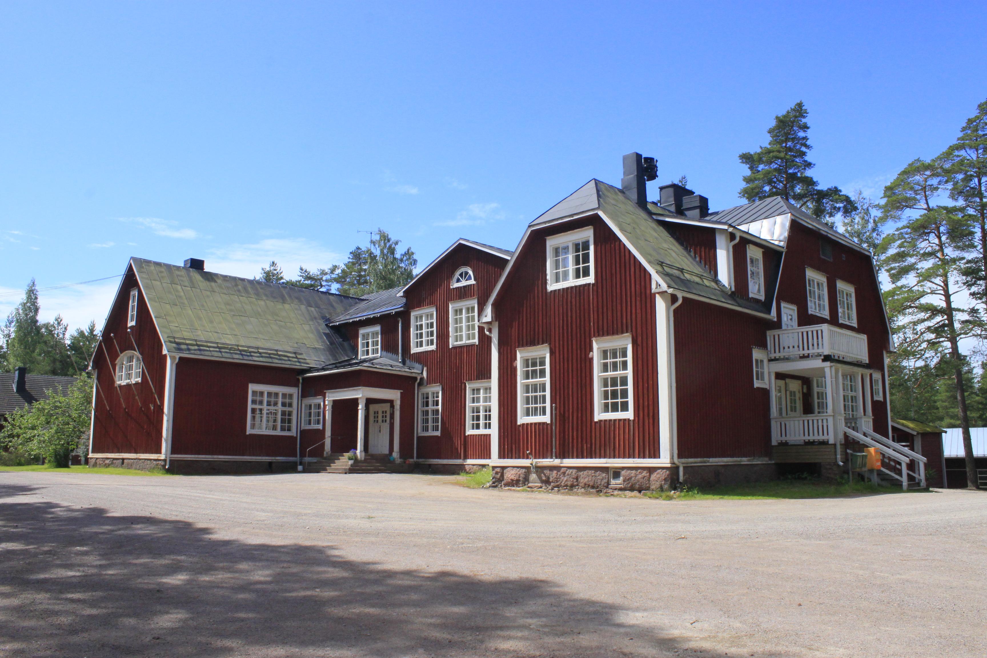 huvudbyggnaden_från_gården