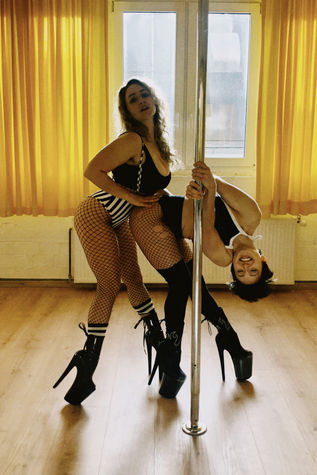 Rain and Kaya Pole Flow pole dance berli