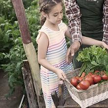 Enfant portant des légumes