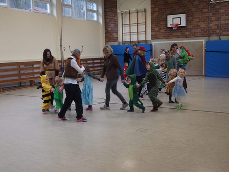 Turnkinder feiern Karneval