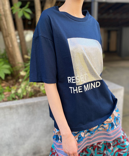 Shiny switching print T-shirt RESET THE MIND
