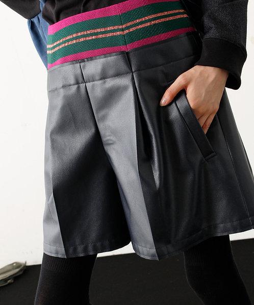 Import Border switching fake leather shorts