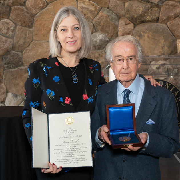 Warren receiving the James Smithson Bicentennial Medal from Dr. Anthea M. Hartig, Elizabeth MacMillan Director of the National Museum of American History