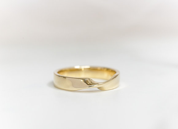 Möbius Strip Ring in Yellow Gold