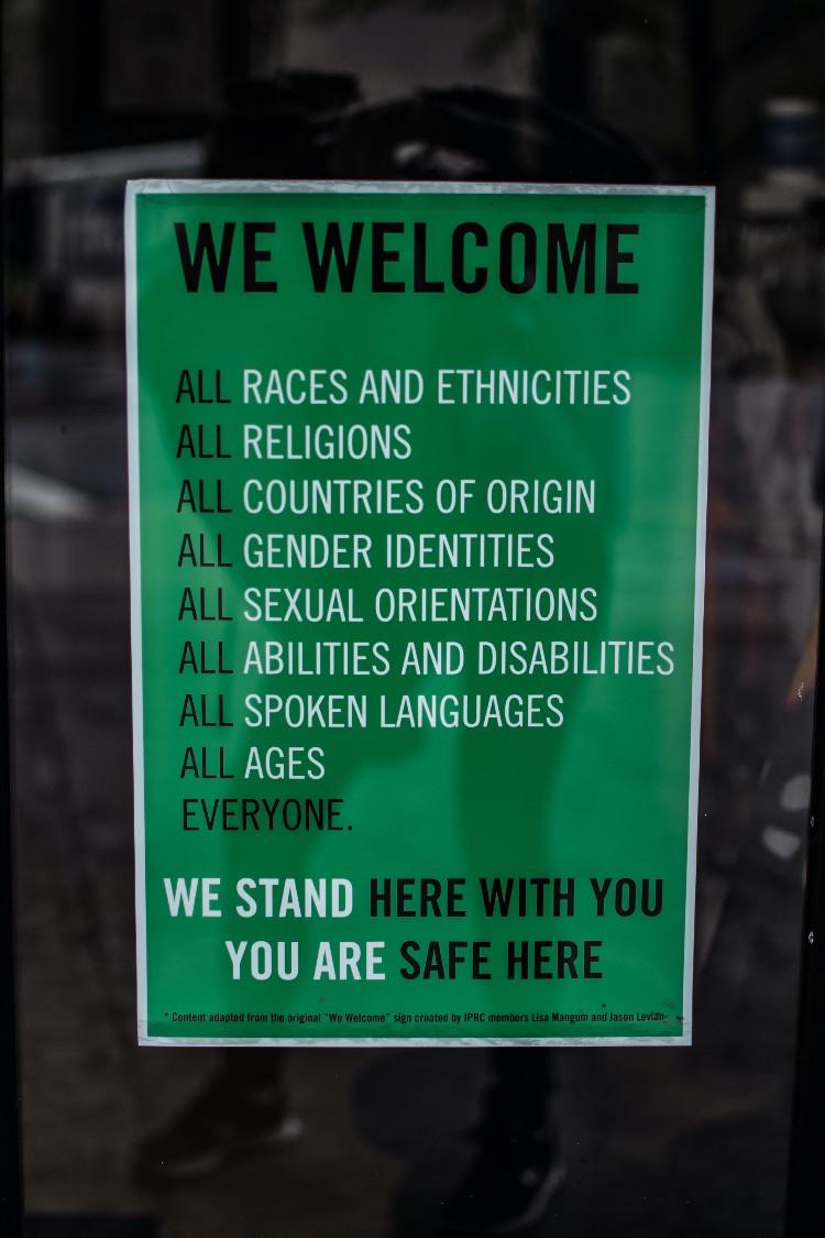 Cartello che va contro ogni forma di razzismo
