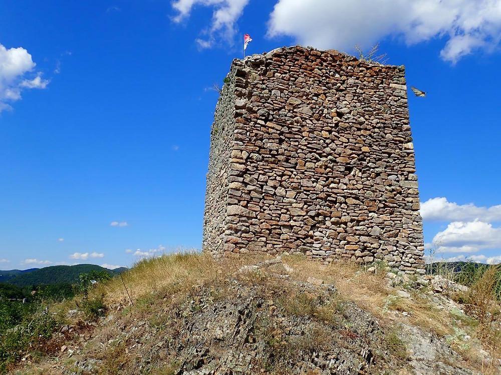 Остаци куле Косанчић Ивана на обронцима Радан планине у селу Иван Кула