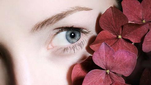 women-eye-with-flower-of-phi-aesthetic-b