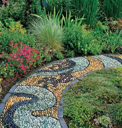Gyönyörű mozaik kerti út