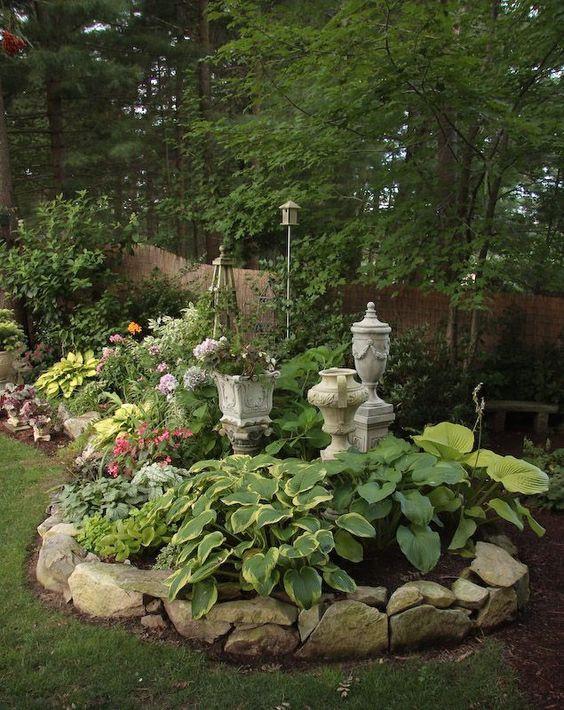Virágágyás ötlet a kert árnyékos részébe.