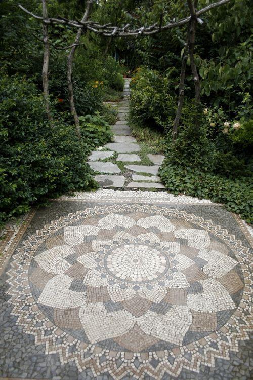 Csodaszép mozaik kerti út