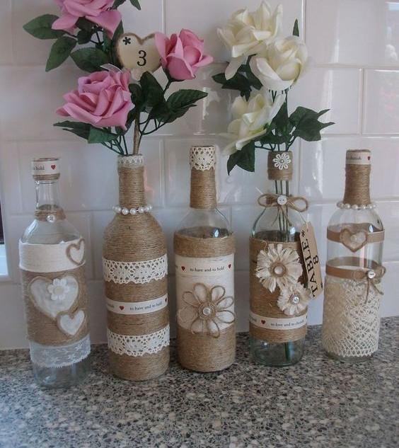 Váza kiürült üvegekből