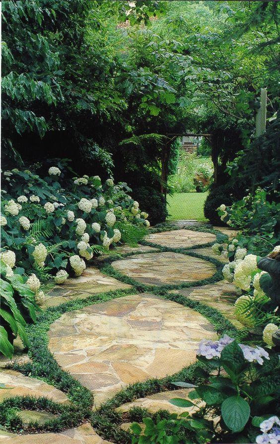 Érdekes megoldás a füves mintázatú kerti út