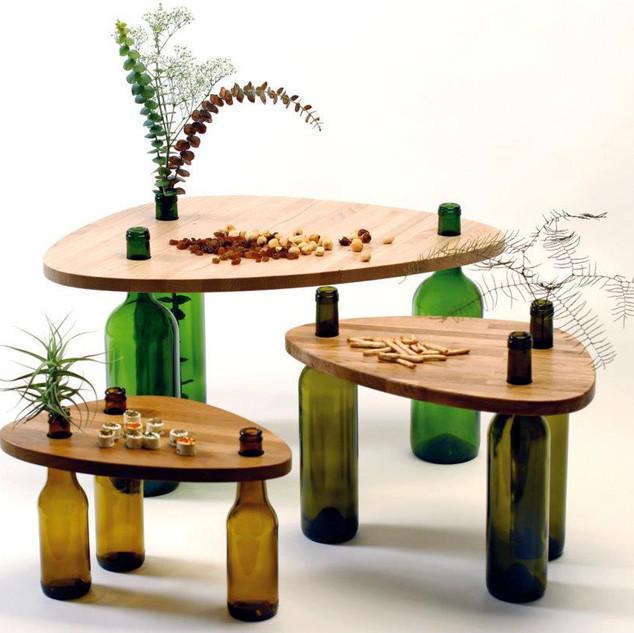 Asztal kiürült üvegekből