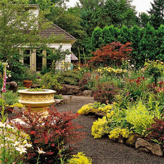 Természetes hatású murvával borított kerti út