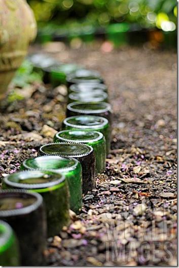 DIY ágyásszegély üres üvegekből