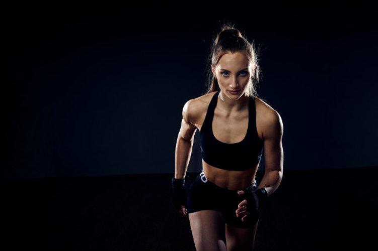 uma-atleta-forte-velocista-mulher-esta-c